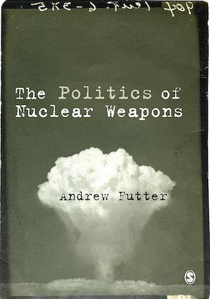 Téléchargez le livre :  The Politics of Nuclear Weapons